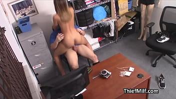 Молодая проститутка онанирует с помощью страпон и хуезаменителя