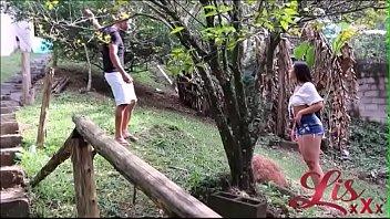 Старая лесба поймала в саду молодую чикулю и организовала с ней сеанс однополого блядства