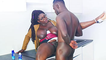 Красивая мамка в чулочках извращает юного юноши на секс