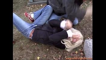Белобрысая фитоняшка отсосала инструктору и ее поимели в рот