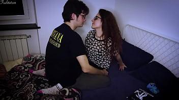 Девушка в красном одежду ублажает саму себя разными секс приспособлениями