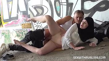 Девчонка увлеченно мастурбирует вагину под водой