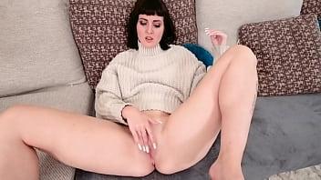 Облитая кефиром зрелая брюнетка с большими сисяндрами и заросшей киской сосет хуй и чпокается в задницу