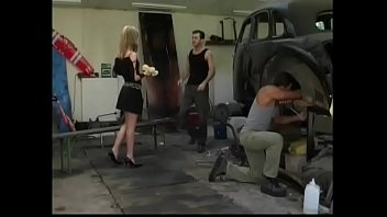 Молодые парни кормят тетку спермой