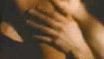 Женщина в беленьком лифчике приседает дыркой на латексный член