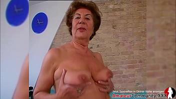 Рабочий в белоснежной ванной облизывает сногсшибательной домохозяйке писю и ебёт её на полу