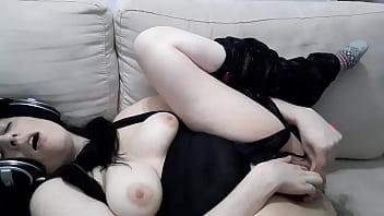 Два пениса с фаллоимитатором в сексуальном сне
