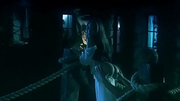 Домохозяйка в синем юбке светит на кухне огромным задом