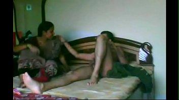 Две сногсшибательные девчушки c мускулистым парнем
