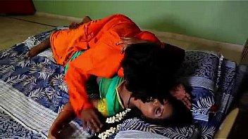 Две девчушки насилуют молодчика