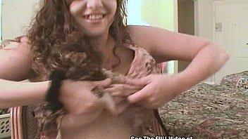 Темноволосая красотуля поеблась со своим внеочередным сексуальным знакомым