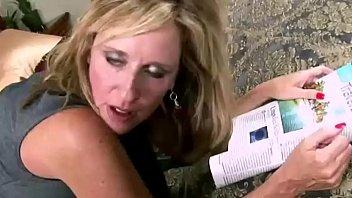 Жесткая госпожа в латексе поручила рабу отлизать ей