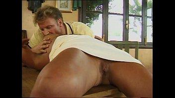 Юноша порет молодую тинку и кончает на лобок шлюхи